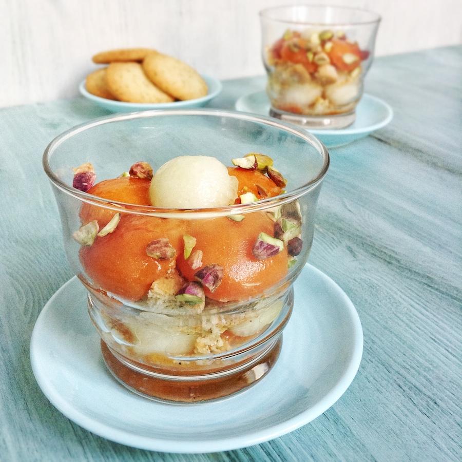 Fruta de verano con galletas de té