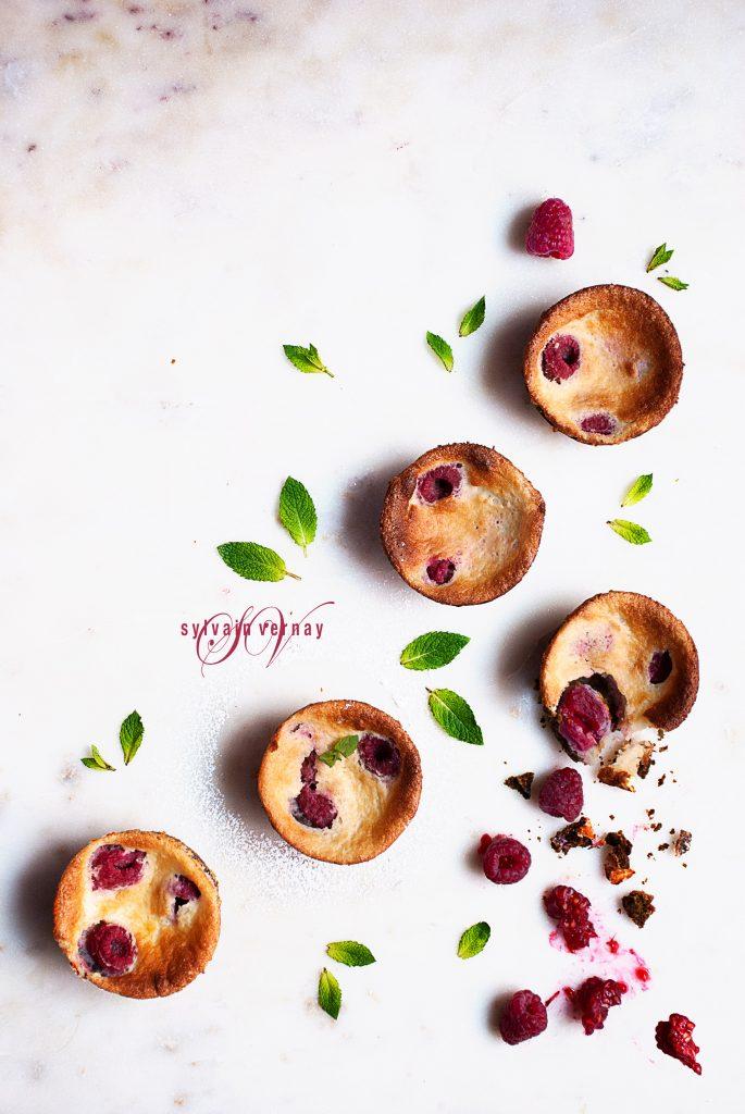 Tarteletas esponjosas de frambuesas y pistachos